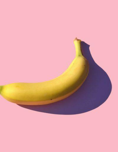 Банан на розовом